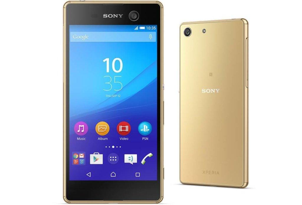 Este smartphone se propuso ser la estrella dentro de la gama media de Sony y los resultados son muy positivos. Contemporáneo al lanzamiento del Xperia Z5 y su impresionante cámara, este recorrido por el Sony Xperia M5 nos demostrará que se ubica justo debajo del otro pero con pretensiones. De hecho, las cámaras de este modelo serán un apartado a destacar.  El teléfono demuestra el diseño clásico de Sony, que no ha alterado demasiado el aspecto de los equipos. En un primer vistazo, se parecido al Sony Xperia Z3+, salvo por la cámara frontal del M5 que se destaca en la zona superior derecha del terminal. Pasando a los materiales, Sony utilizó plástico casi completamente, excepto por las esquinas de acero inoxidable.  El display es de 5 pulgadas, con resolución Full HD y 440 ppi en densidad. Todo esto, sumado a la tecnología BRAVIA Engine 2 de paneles IPS da lugar a una buena experiencia visual en la pantalla.  Entre de los más grandes atractivos del equipo se encuentran las cámaras. Si nos quedamos con las especificaciones del Xperia M5 podríamos pensar que se trata de un equipo de gama alta. La cámara trasera luce un sensor Exmor RS de 21,5 megapíxeles y ofrece autofocus Hybrid, que enfoca en 0,2 segundos; HDR, 4K; apertura focal de f/2.2; y zoom 5x. Si bien consigue resultados increíbles, fotografías definidas, con nitidez y buena reproducción de colores, aquí la gran protagonista es la cámara de selfies ya que sus características se encuentran entre las mejores del momento. El sensor frontal es de 13 megapíxeles, posee autoenfoque estándar y HDR. Los autorretratos son la marca de identidad de este móvil. Continuando con el recorrido por el Sony Xperia M5, conozcamos su procesador  Mediatek Helio X10, de 8 núcleos a 2,0 GHz. La memoria RAM es de 3 GB, y su capacidad de almacenamiento será un punto a destacar ya que en la memoria interna dispone de 16 GB (con 10 GB libres para el usuario), pero además podemos incluir una microSD de hasta 200 GB. Una particularidad po