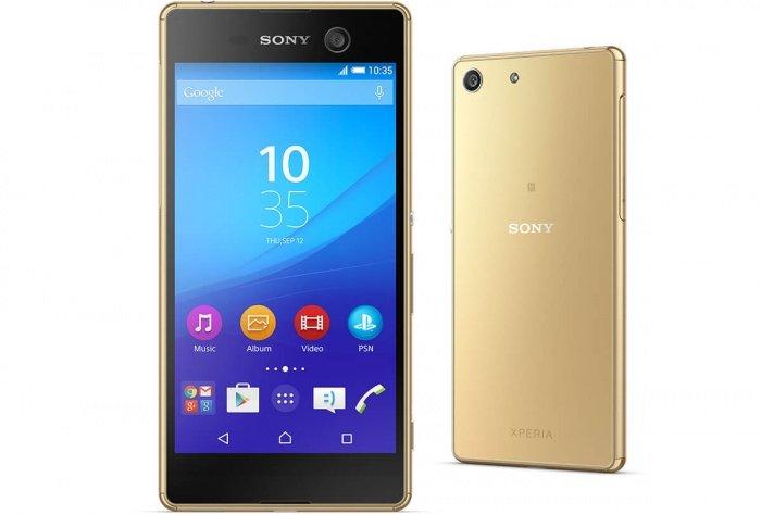 Este smartphone se propuso ser la estrella dentro de la gama media de Sony y los resultados son muy positivos. Contemporáneo al lanzamiento del Xperia Z5 y su impresionante cámara, este recorrido por el Sony Xperia M5 nos demostrará que se ubica justo debajo del otro pero con pretensiones. De hecho, las cámaras de este modelo serán un apartado a destacar. El teléfono demuestra el diseño clásico de Sony, que no ha alterado demasiado el aspecto de los equipos. En un primer vistazo, se parecido al Sony Xperia Z3+, salvo por la cámara frontal del M5 que se destaca en la zona superior derecha del terminal. Pasando a los materiales, Sony utilizó plástico casi completamente, excepto por las esquinas de acero inoxidable. El display es de 5 pulgadas, con resolución Full HD y 440 ppi en densidad. Todo esto, sumado a la tecnología BRAVIA Engine 2 de paneles IPS da lugar a una buena experiencia visual en la pantalla. Entre de los más grandes atractivos del equipo se encuentran las cámaras. Si nos quedamos con las especificaciones del Xperia M5 podríamos pensar que se trata de un equipo de gama alta. La cámara trasera luce un sensor Exmor RS de 21,5 megapíxeles y ofrece autofocus Hybrid, que enfoca en 0,2 segundos; HDR, 4K; apertura focal de f/2.2; y zoom 5x. Si bien consigue resultados increíbles, fotografías definidas, con nitidez y buena reproducción de colores, aquí la gran protagonista es la cámara de selfies ya que sus características se encuentran entre las mejores del momento. El sensor frontal es de 13 megapíxeles, posee autoenfoque estándar y HDR. Los autorretratos son la marca de identidad de este móvil. Continuando con el recorrido por el Sony Xperia M5, conozcamos su procesador Mediatek Helio X10, de 8 núcleos a 2,0 GHz. La memoria RAM es de 3 GB, y su capacidad de almacenamiento será un punto a destacar ya que en la memoria interna dispone de 16 GB (con 10 GB libres para el usuario), pero además podemos incluir una microSD de hasta 200 GB. Una particularidad poco v